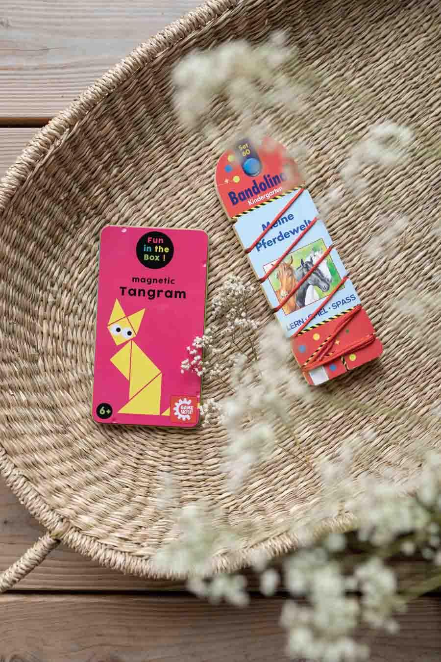 Reisespiele wie Tangram und Bandolino: Wir liefern 10 Ideen, um lange Reisen mit Kind (im Zug oder Auto) mit Freude zu überstehen. Spiele ohne Material, Lieder (Spotifylisten), erprobte Hörbücher & Apps, sowie (Sticker-)bücher und Spielideen die wenig Platz im Koffer brauchen. Beschäftigung und Spiele für Unterwegs. Für Kleinkinder und Eltern die Urlaub mit Kind #spielideen #reisen #nachhaltigreisen
