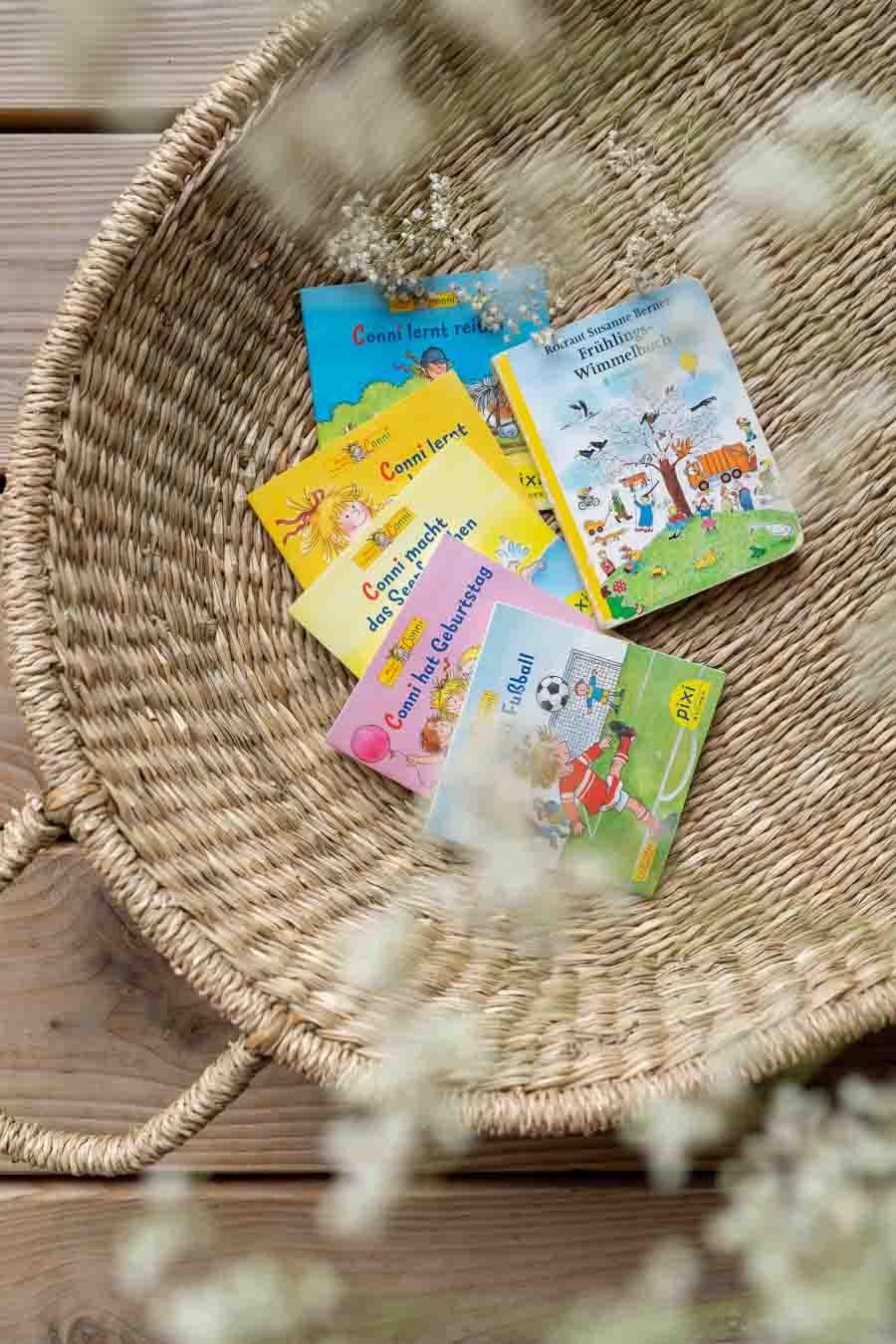 Kleine Pixibücher: Wir liefern 10 Ideen, um lange Reisen mit Kind (im Zug oder Auto) mit Freude zu überstehen. Spiele ohne Material, Lieder (Spotifylisten), erprobte Hörbücher & Apps, sowie (Sticker-)bücher und Spielideen die wenig Platz im Koffer brauchen. Beschäftigung und Spiele für Unterwegs. Für Kleinkinder und Eltern die Urlaub mit Kind #spielideen #reisen #nachhaltigreisen