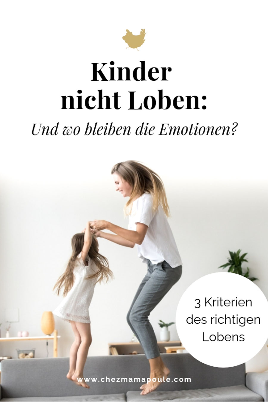 Kinder nicht Loben: Mutter hüpft vor Freude mit ihrem Kind auf dem Sofa