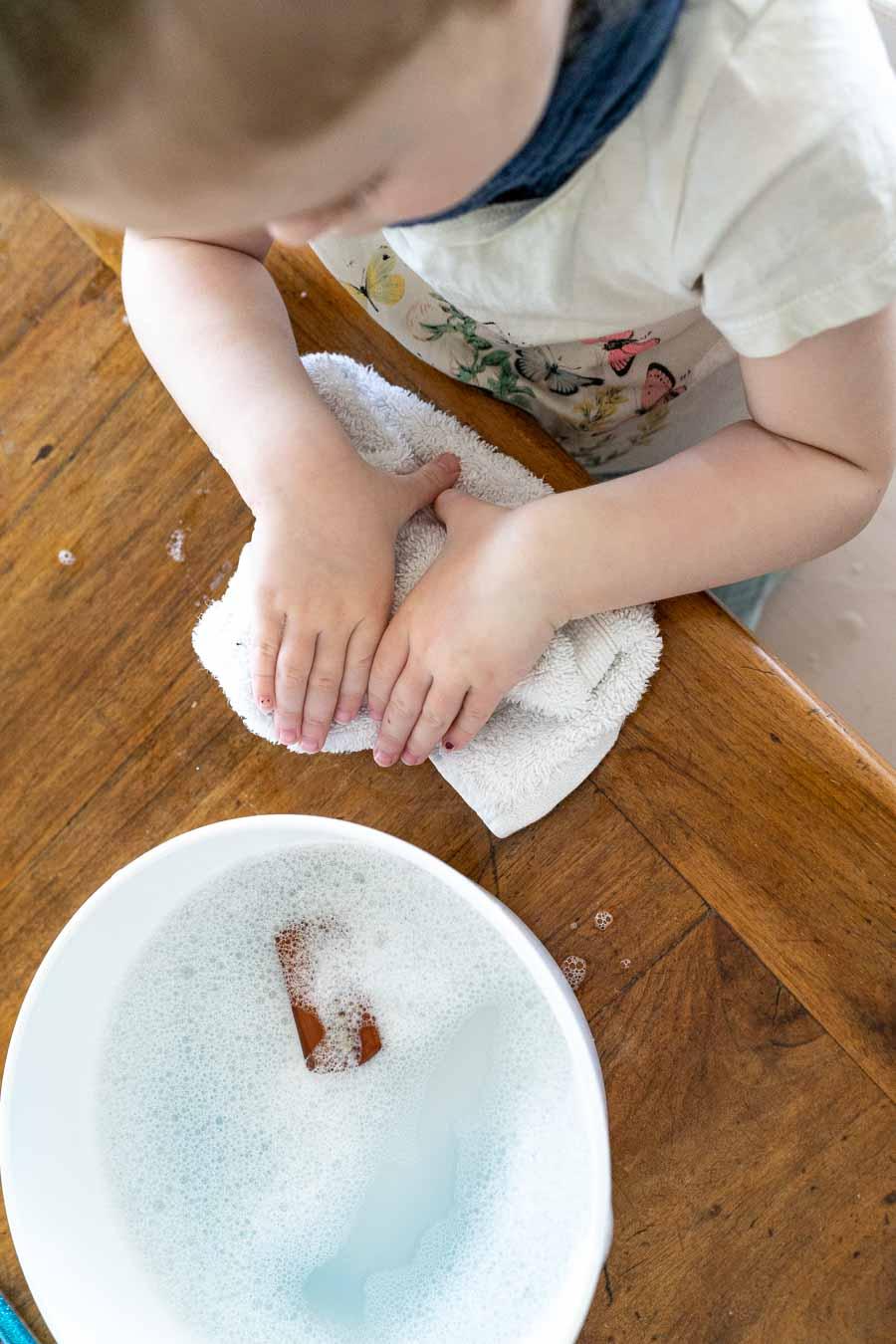 Händewaschen Kinder Spielidee: Letzter Schritt - Gut abtrocknen