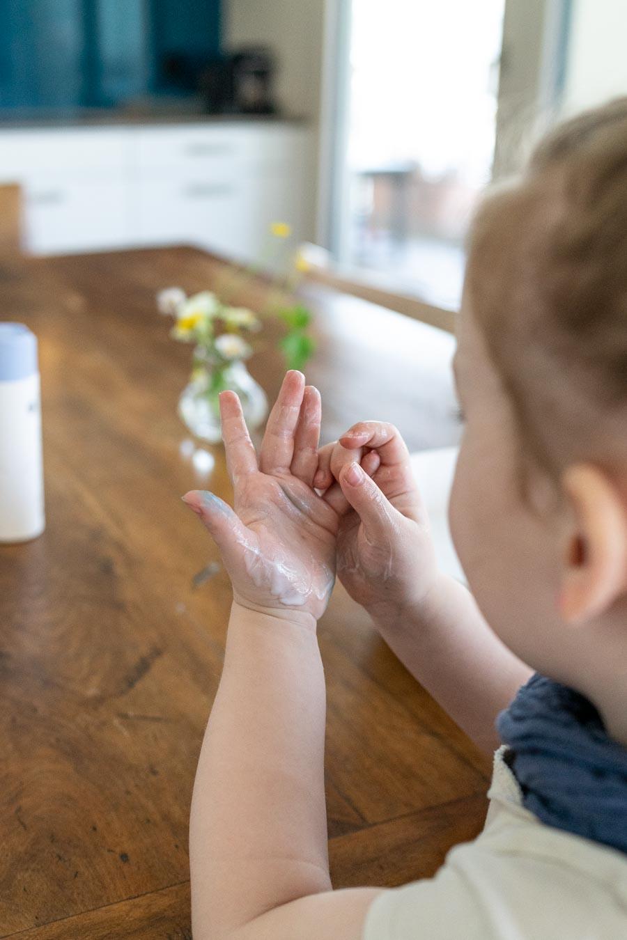 Spielidee: Schritt 1 Hände eincremen