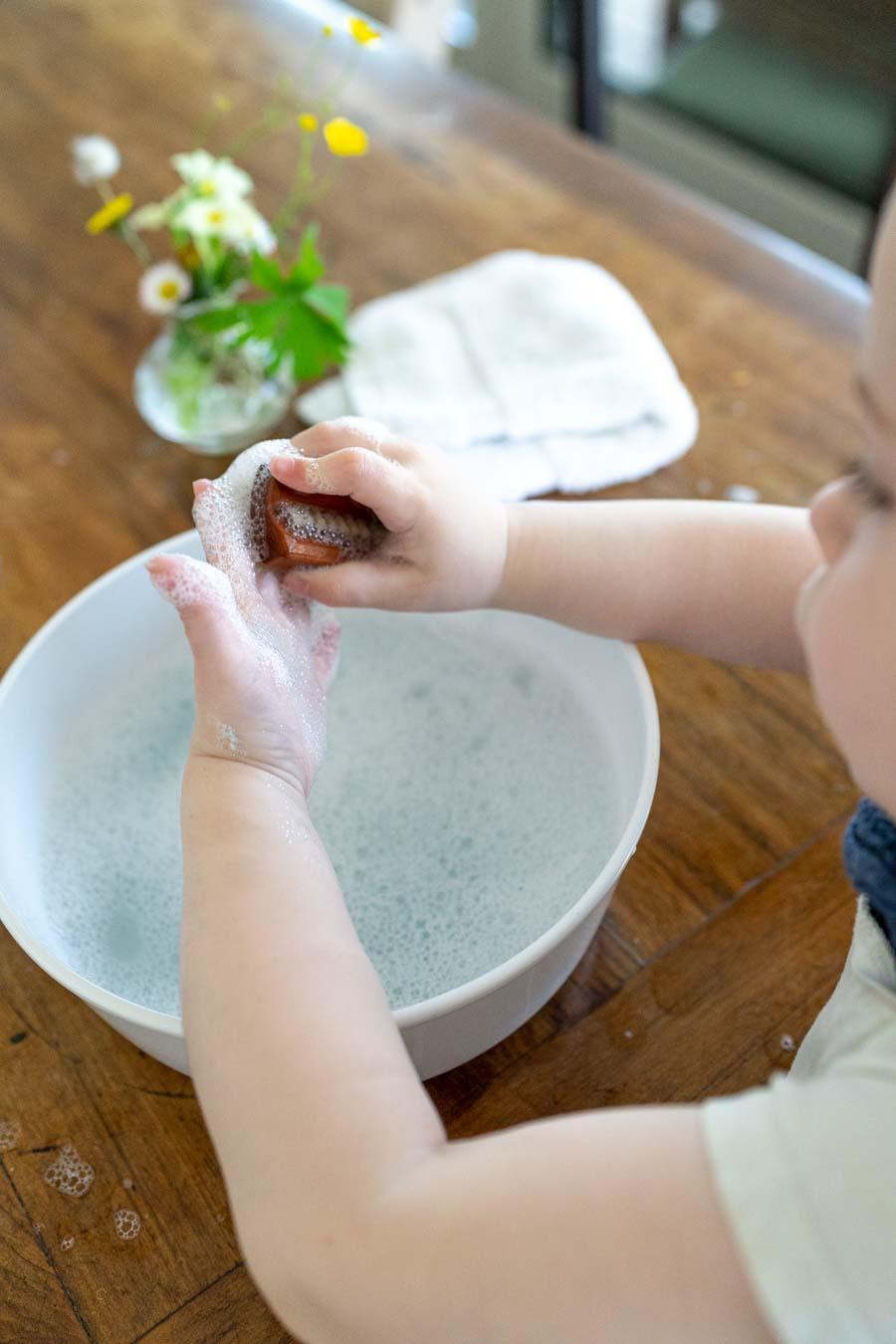 Spielidee Händewaschen Kinder: Mit der Handbürste gut putzen