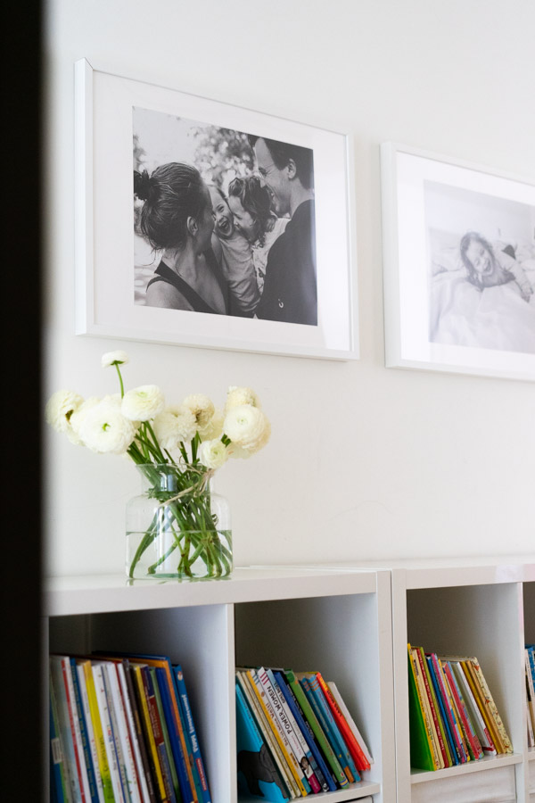 Dokumentarische Familienfotografie: Bilder im Flur