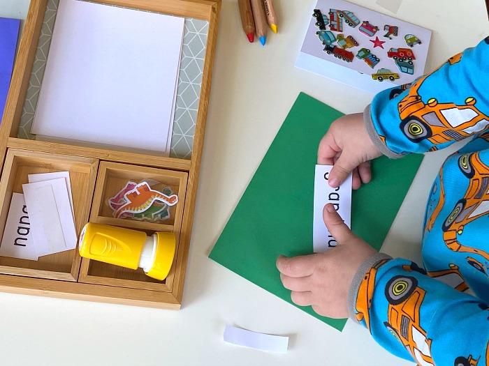 Briefe schreiben lernen mit dem Montessori-Tablett