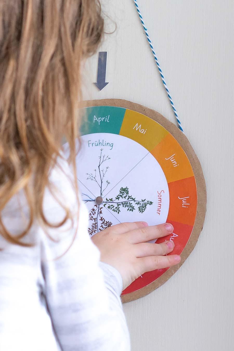 Ein Kind betrachtet den Jahreskreis Montessori